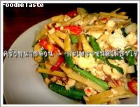 กะเพราะหน่อไม้สุขใจ(Spicy stir fried tofu, preserved bamboo shoot and holy basil)