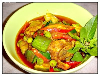 �Ѵ����������������  (Spicy stir fried chicken rump with 3 kinds of eggplant)